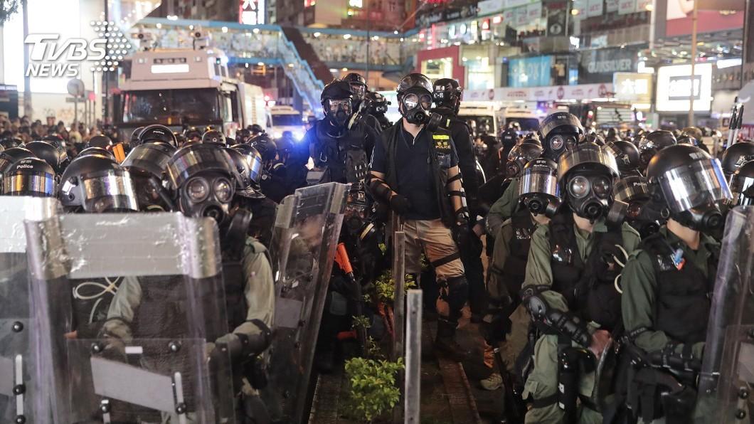 圖/達志影像美聯社 警強勢執法 太子站青年被警壓制疑一度暈倒