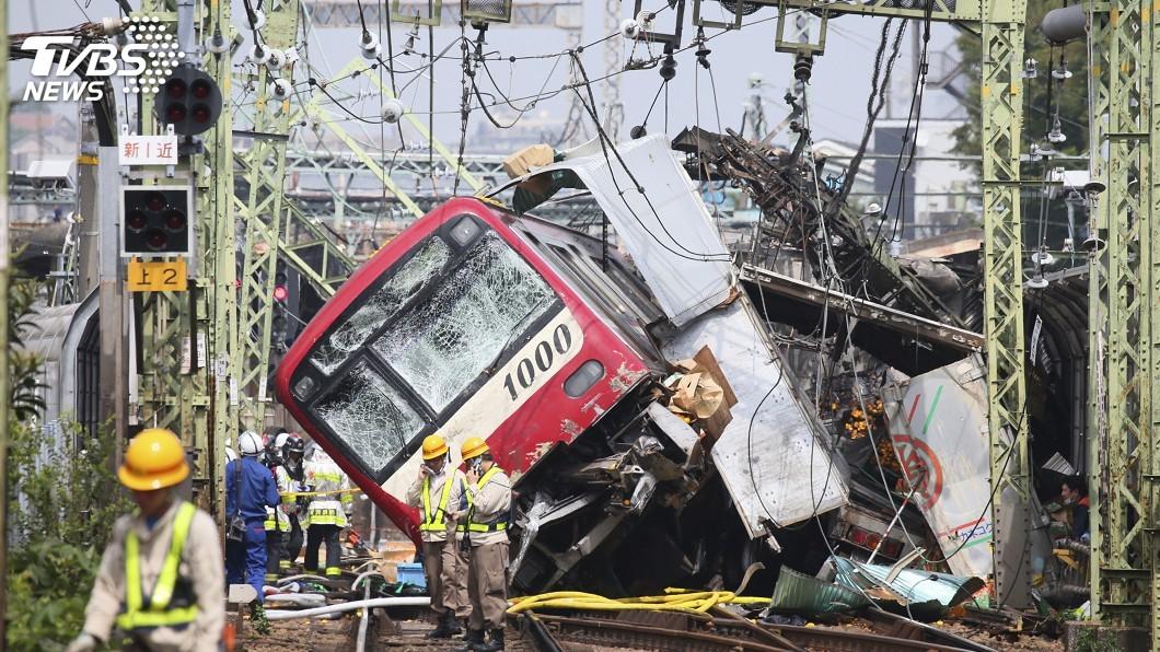 圖/達志影像美聯社 日本電車猛撞卡車後出軌 1人重傷31人輕傷
