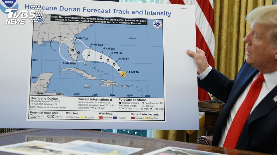 圖/達志影像美聯社 川普向記者簡報颶風路徑 路線圖卻劃錯重點
