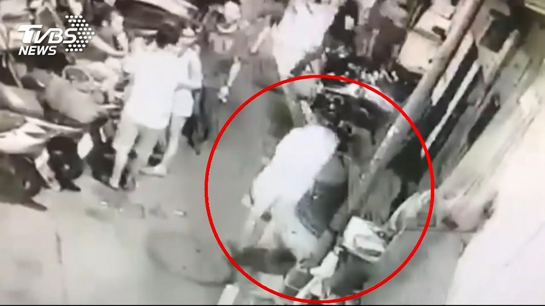 萬華1名角頭到街上尋仇,結果不慎誤擊一名水果外送員的下體。(圖/TVBS) 遭勒索3千萬記恨 角頭尋仇開槍外送員衰「中蛋」