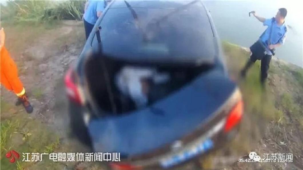 圖/翻攝自江蘇新聞 他下車小便…友突開車墜河 打撈上岸「後車廂多1屍」