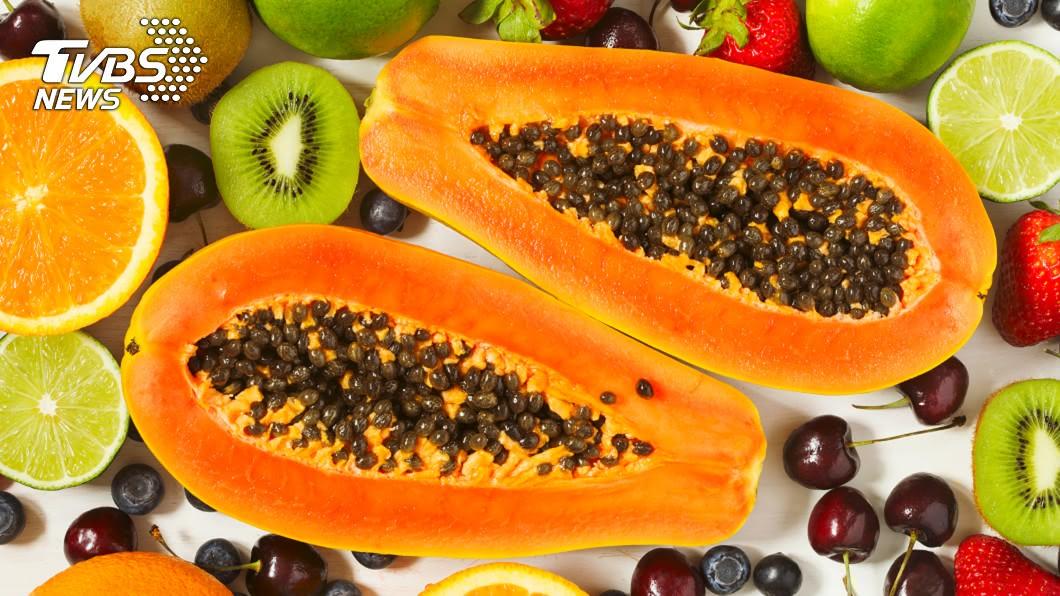 吳映蓉博士建議吃完烤肉可吃木瓜降低「腹」擔。示意圖/TVBS