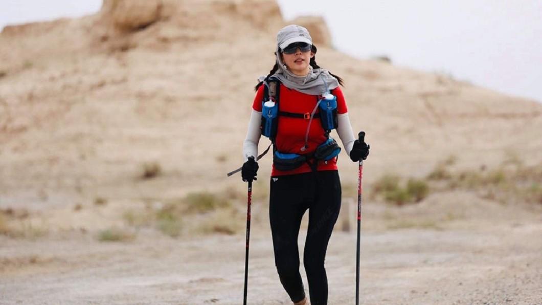 王心恬表示戈壁的天氣、地形都相當驚人,跑起來並不容易。圖/翻攝王心恬CandyWang臉書