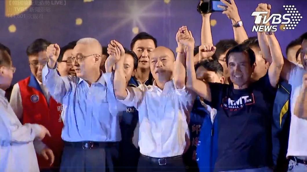 徐巧芯表示,馬英九展現風度和團結,舉起韓國瑜的手替他助選。圖/TVBS