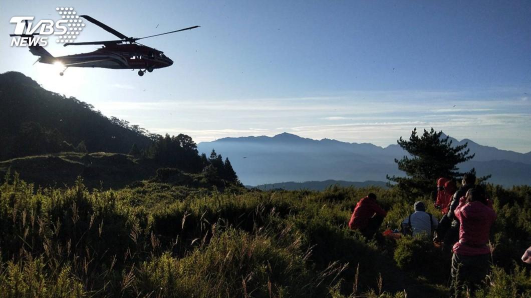 圖/中央社 登山客突倒地無生命徵象 直升機載運下山