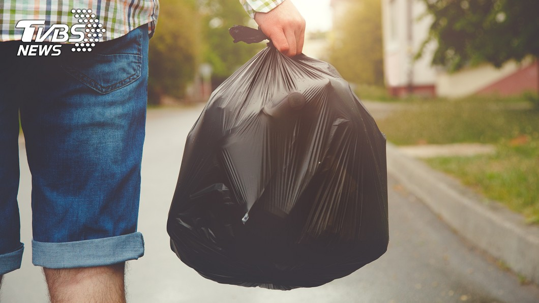 大媽隨手丟垃圾,網友看到後上前歸還。 圖/示意圖 大媽隨手一丟路人秒歸還 網笑:垃圾版安娜貝爾