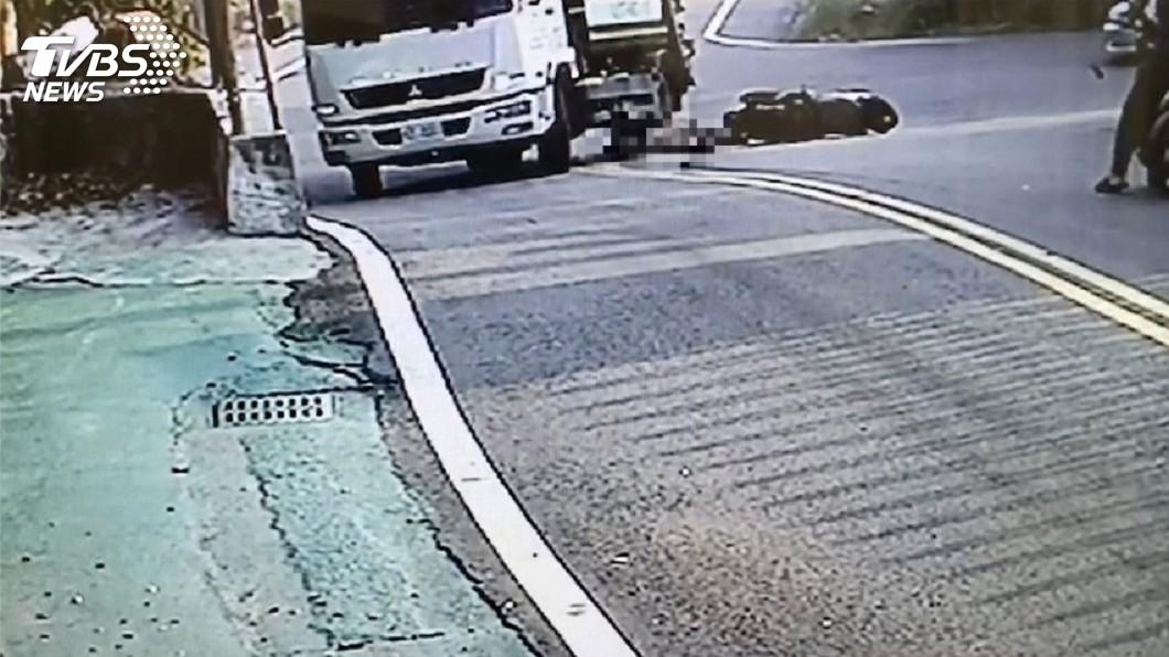 圖/中央社 迎面撞上垃圾車 騎士手掌疑遭輾壓變形