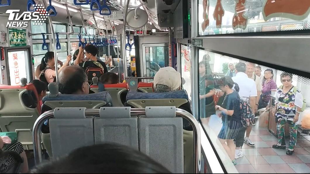 平日有不少民眾都會搭乘公車,當中不乏許多年長者。(示意圖/TVBS) 沒注意老翁是否就座 司機急煞害他摔腦出血亡