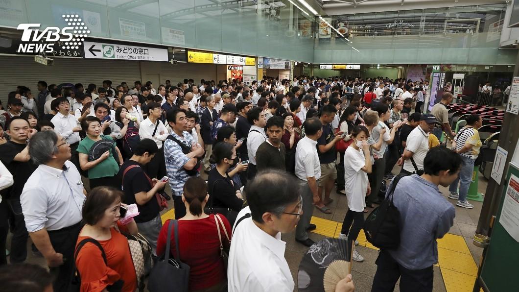 圖/達志影像美聯社 「法西」快閃關東交通大亂 人潮排到車站外