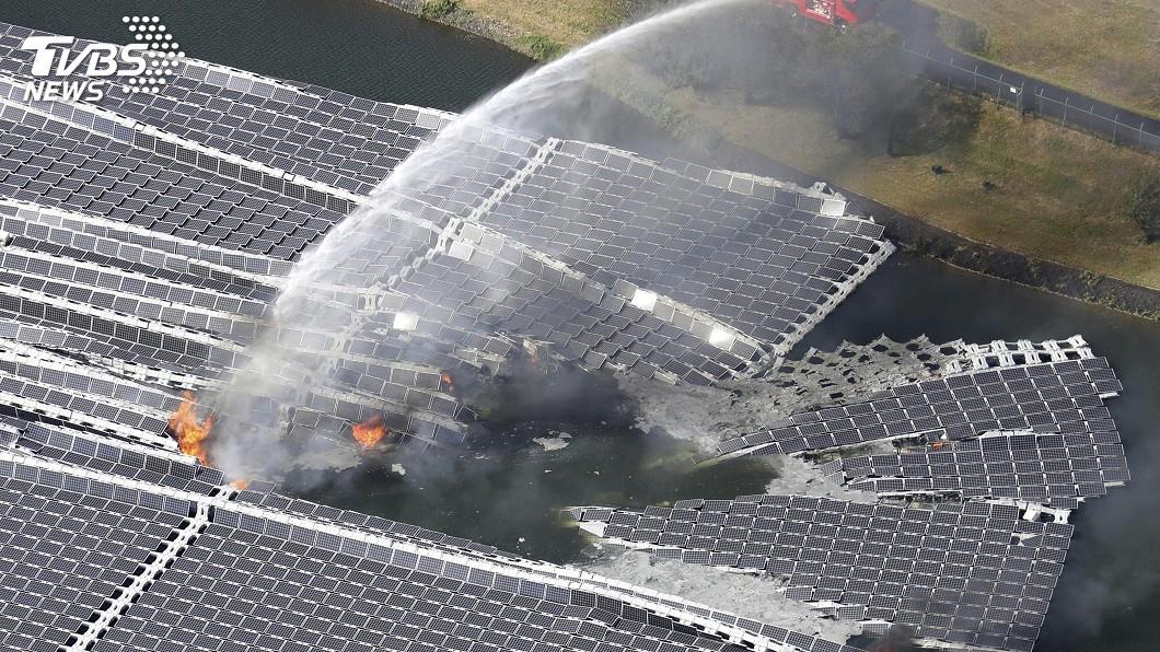 圖/達志影像美聯社 疑颱風釀災 日最大規模水上太陽能板失火