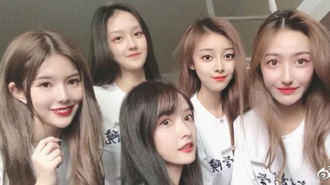 網路上流傳該班新生的其中5位女大生合照,有網友戲稱是同一個模子刻出來的。(圖/翻攝自微博)