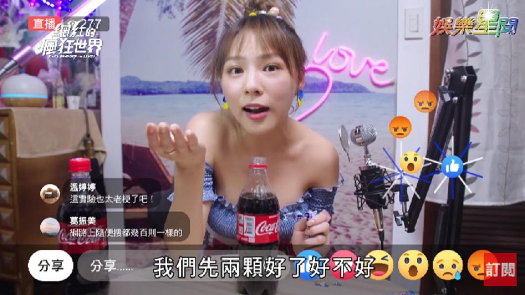 熊熊嘗試「將曼陀珠丟進可樂,看可樂會不會往上噴」的實驗。 圖/翻攝至三立新聞網SETN YouTube頻道