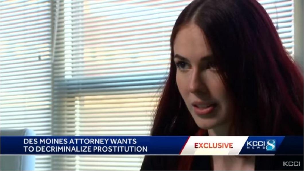 美國1明正妹人妻律師,平日還有著令人意外的身分,竟是兼差賣淫的妓女。(圖/翻攝自YouTube) 推動賣淫合法化!人母律師兼妓女 夫力挺