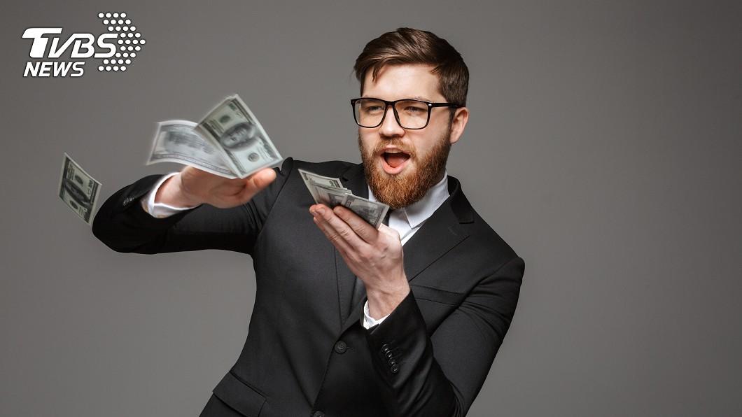 霸氣男當街狂灑紙鈔。示意圖/TVBS 當街豪灑43萬「鈔票雨」 霸氣男後悔:可以把錢還我嗎