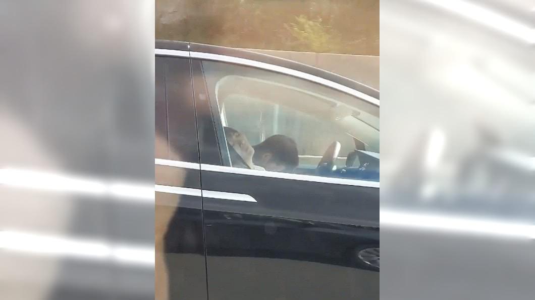 男子拍下隔壁車道的電動車,只見車內2人都在睡覺。圖/翻攝Dakota Randall 推特