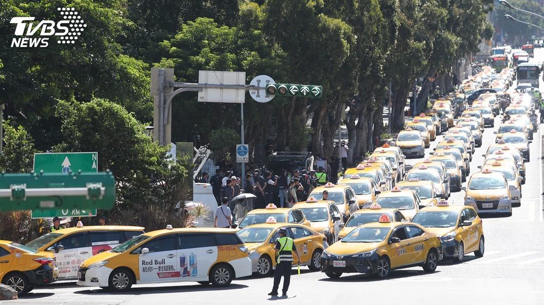 圖/中央社 3千小黃慢繞行包圍政院 籲取締違法Uber不放水