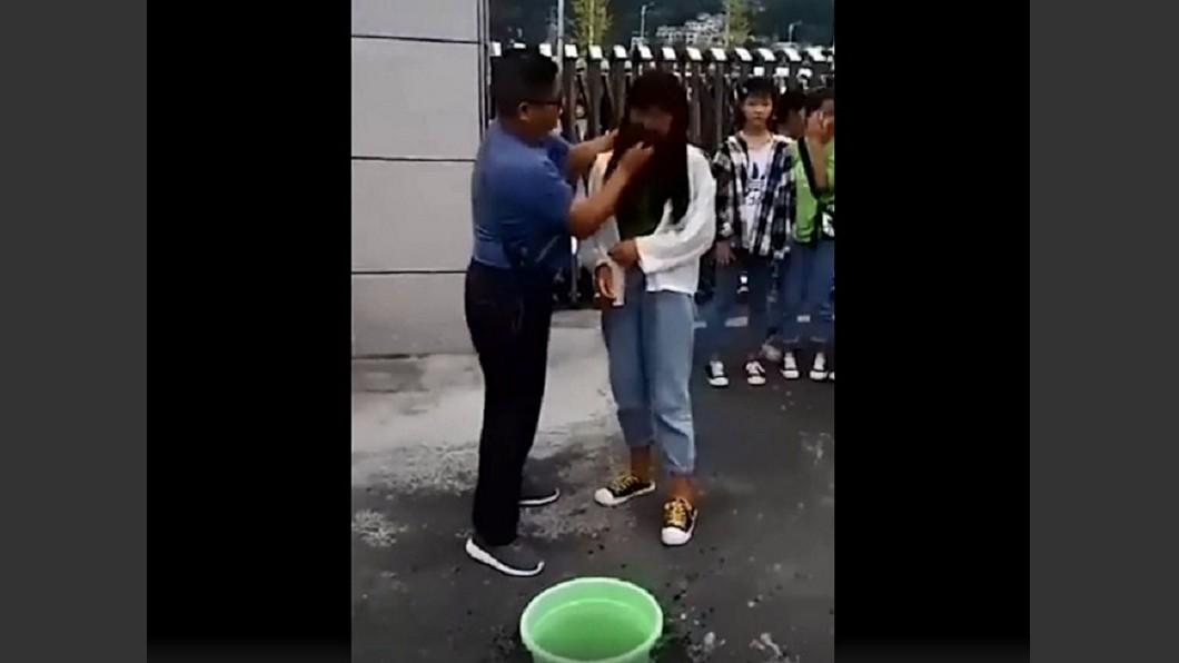 老師在校門口當場替女學生「卸妝」。圖/翻攝新浪新聞微博
