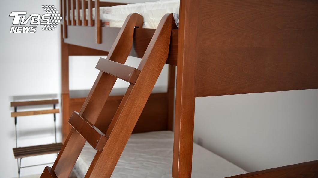 男同學睡在雙層床上鋪。示意圖/TVBS 男同學穿內褲下床被卡住 網友笑噴:太羞恥!