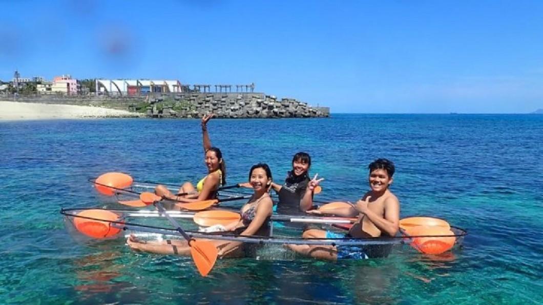 台灣離島6大跳島新玩法-小琉球透明獨木舟體驗。(圖/Tripbaa趣吧!亞洲自由行專家)