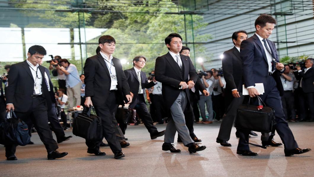 新任日本環境大臣 小泉進次郎 (右二)。圖/達志影像路透