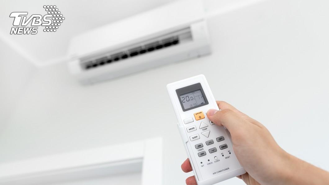 不少人會在家吹冷氣消暑。示意圖/TVBS 改裝省電冷氣電費卻暴漲3000? 網友揭「關鍵原因」