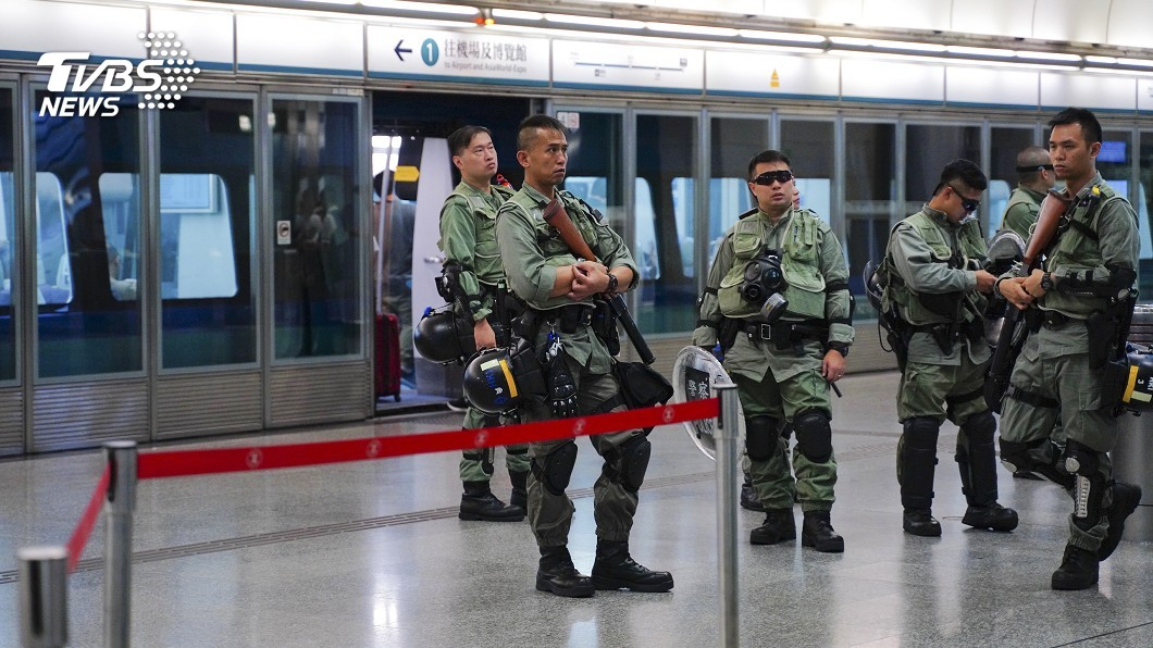 圖/達志影像美聯社 發送警棍給休假員警 港警:讓社會更安全