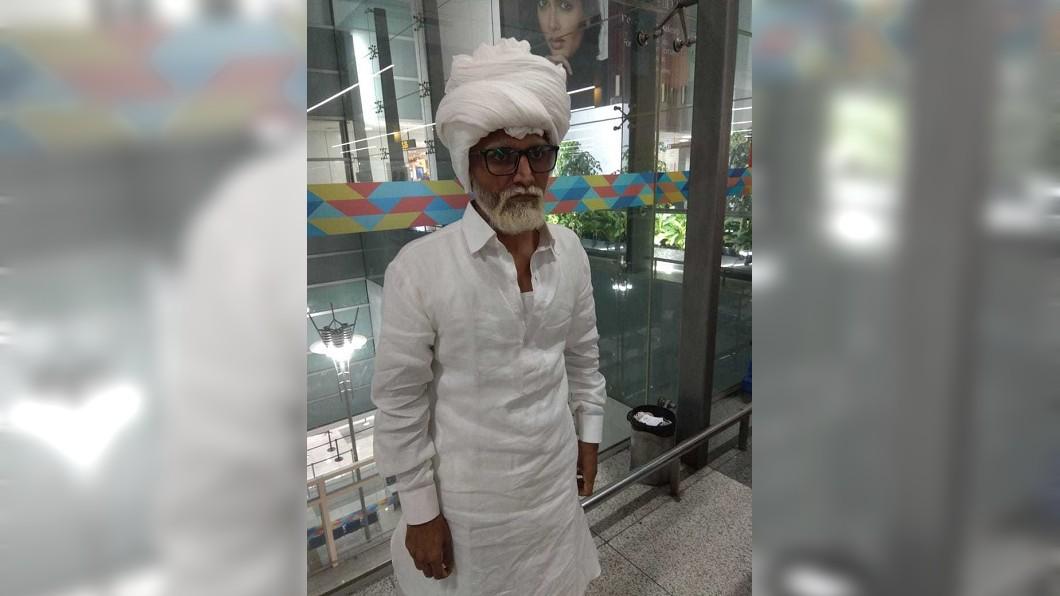 一名32歲的壯年男子假扮81歲老翁。 圖/翻攝自DNA India 男扮8旬老翁持假護照偷渡 2關鍵遭抓包