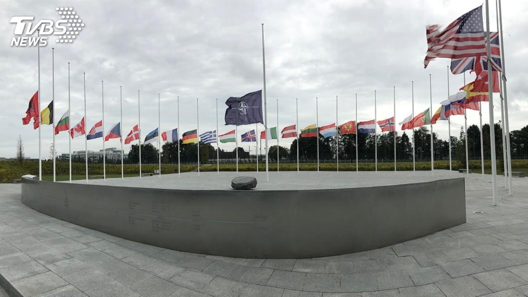 圖/中央社 911恐攻18週年 北約總部降半旗悼念