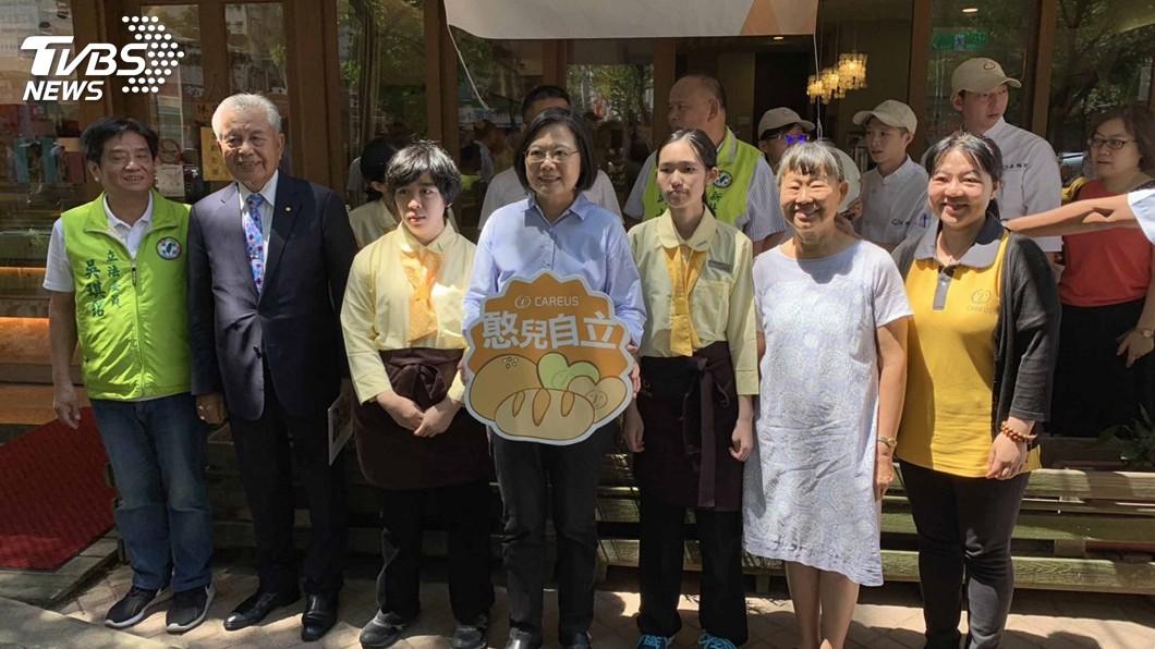 圖/中央社 媒體詢問對郭台銘退黨看法 蔡總統微笑未回應