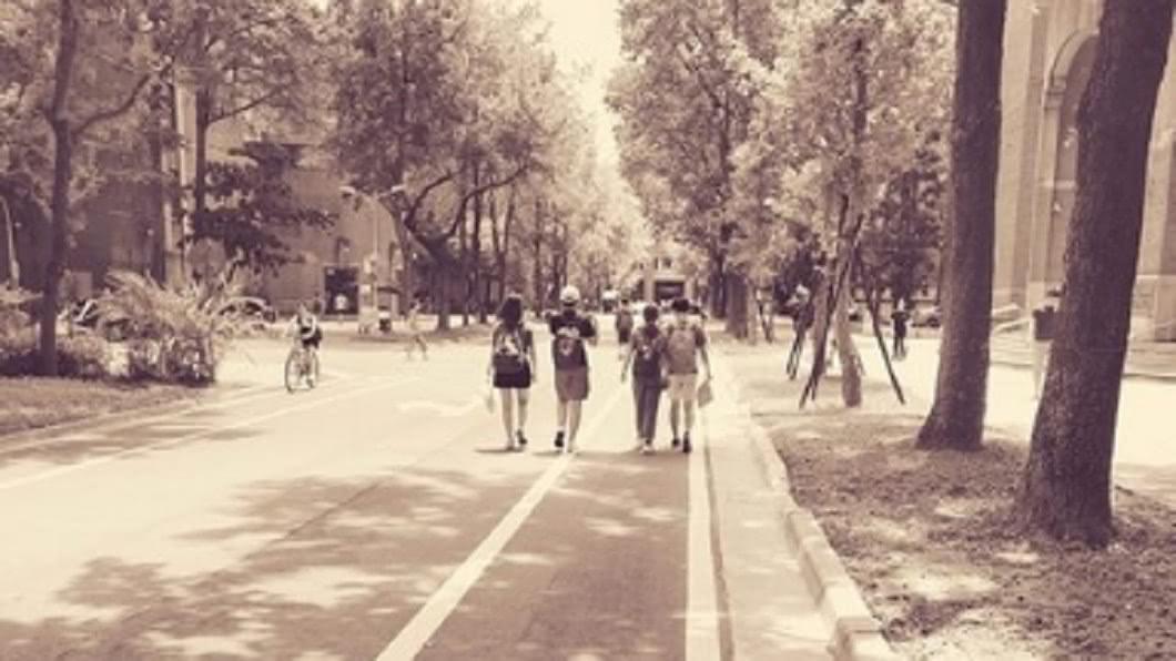 網友認為成群結隊的大學生必定為大一生。 圖/翻攝自PTT