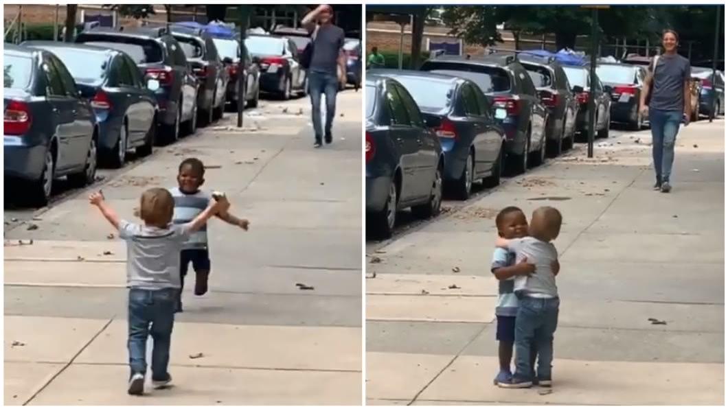 2位2歲的男童在大街上熱情擁抱,讓人看了覺得備感溫馨。(圖/翻攝自臉書) 2男童大街擁抱宛「離別許久」 家長笑:才2天不見