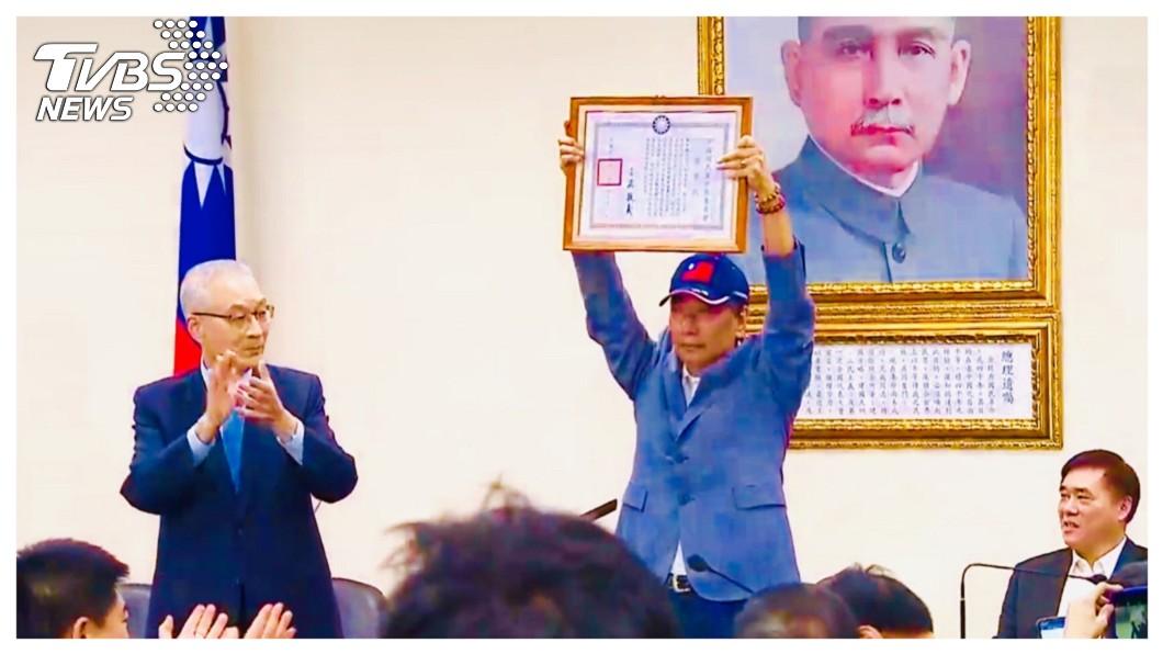 4月17日從國民黨中常會獲頒榮譽黨員證書、參加初選的鴻海創辦人郭台銘,今天拋出震撼彈,宣布退出國民黨!    圖/中央社 【觀點】為「初選」而在一起   因「大選」而分開
