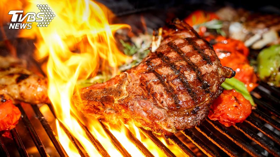 中秋連假不少朋友家人都會相約吃烤肉。示意圖/TVBS 烤肉趴刷新三觀!客人喊不餓…一開烤卻瘋狂夾肉