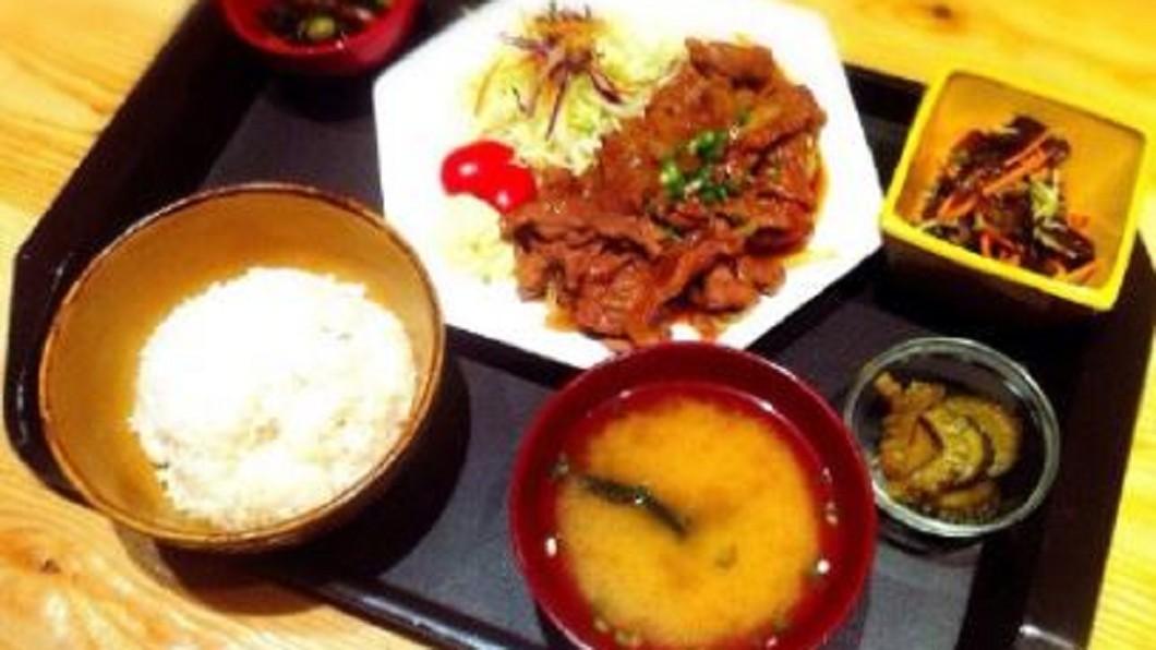 圖/翻攝自和服专家夕鹤guimei 微博 「薑汁燒肉」比牛排厚 肉嫩到筷子一切就化開