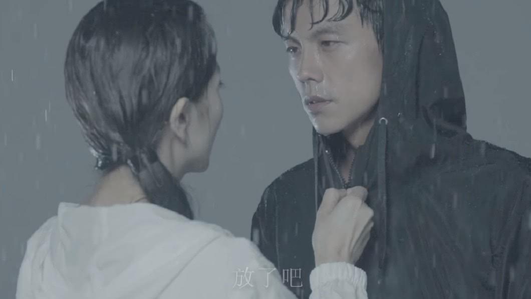 圖/翻攝自浩角翔起臉書 阿翔淋雨牽老婆拍廣告挨酸「洗白」 影片竟慘遭下架