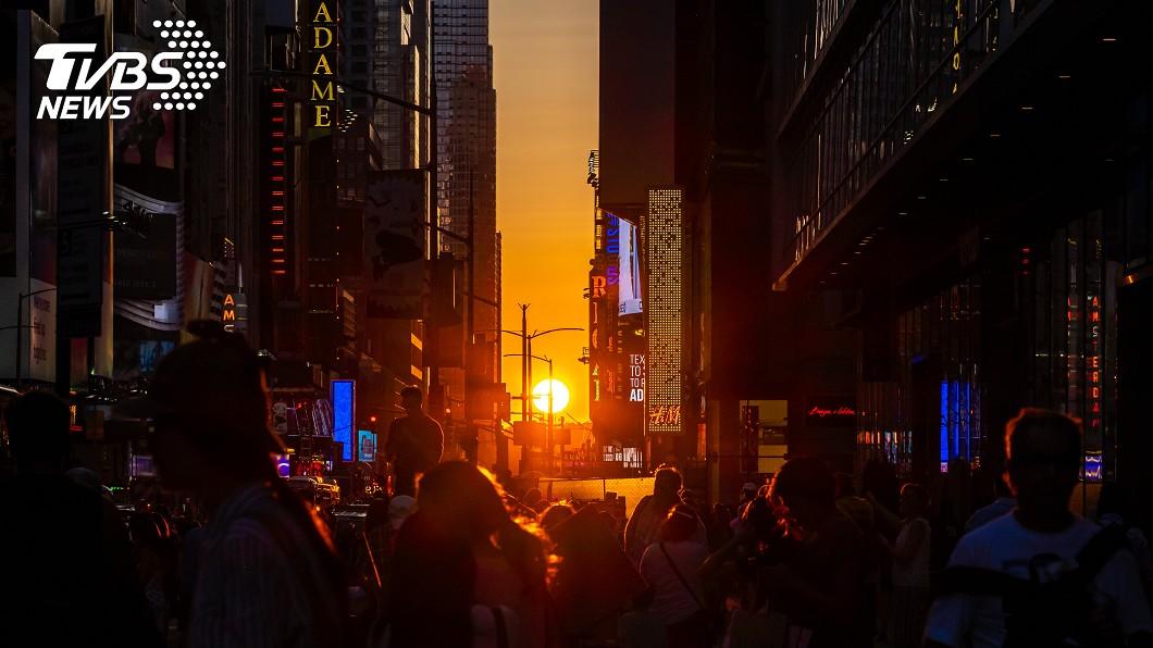 紐約時代廣場所拍下的懸日。圖/TVBS