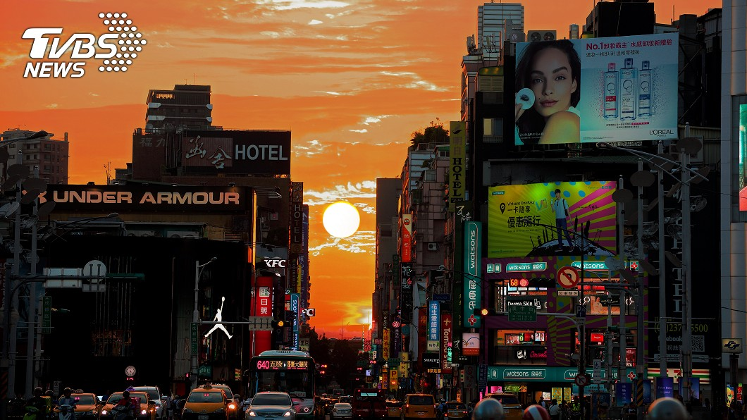 日前西門町所拍下的懸日。圖/TVBS 快閃3天!絕美「曼哈頓懸日」台中場 3大時段最好拍