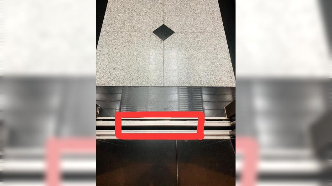 圖/翻攝自爆怨公社 小姐姐出電梯「鑰匙直落進洞」 網友:原來我不孤單