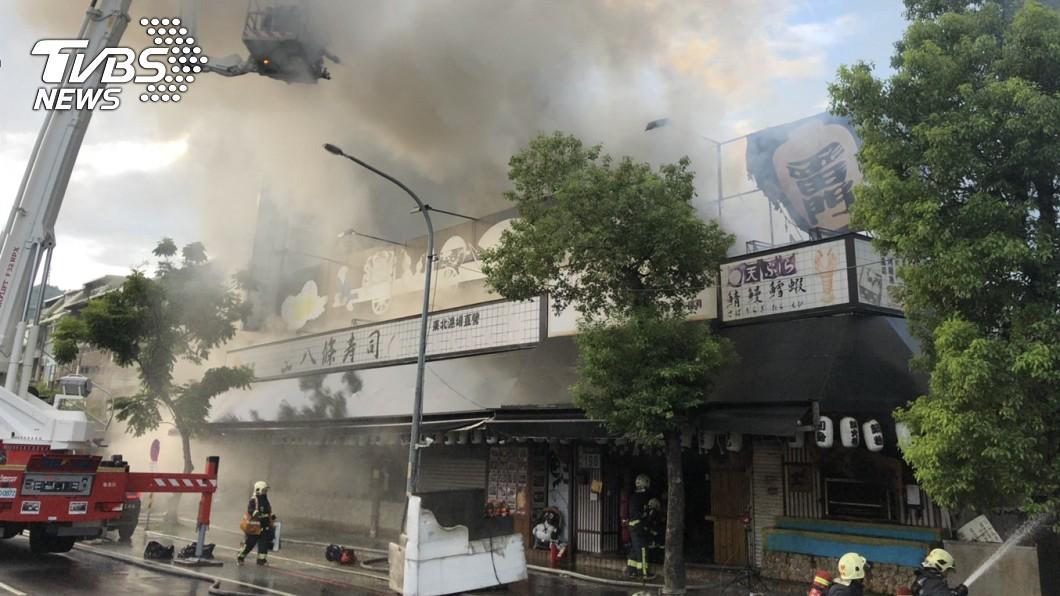 圖/新北市消防局提供 排隊名店「八條壽司」大火 濃煙竄天急灌救
