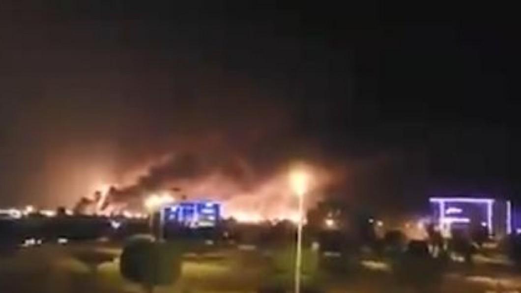 圖/翻攝自QanatAhrar twitter 沙國2煉油廠遭無人機攻擊 原油減產50%