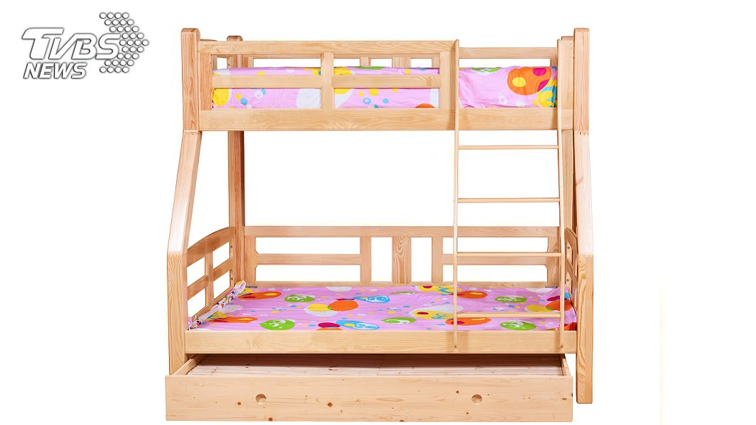 示意圖/TVBS 淘「夢幻子母床」花7小時組裝 完工一看:GG了…