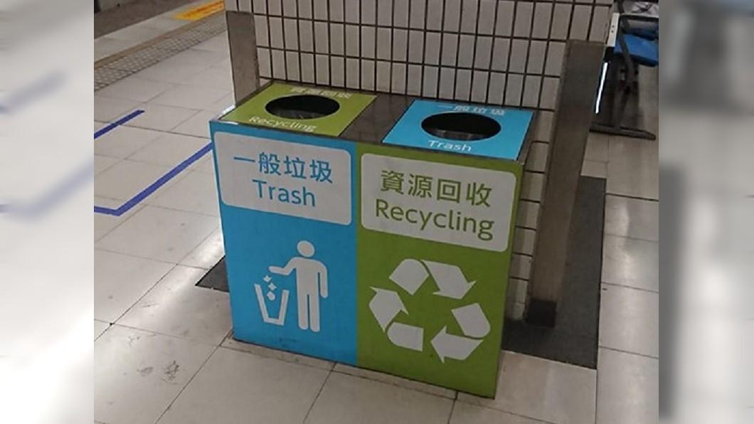 南港火車站上的月台,藍綠錯放,讓人不知該如何丟垃圾。圖/翻攝路上觀察學院臉書