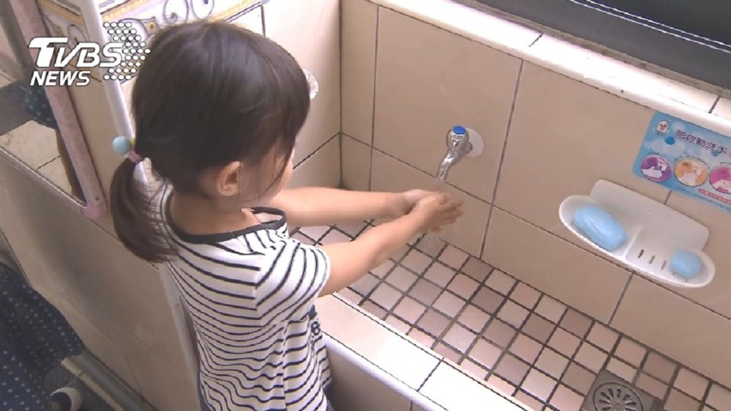 養成小孩勤洗手習慣,預防腸病毒。圖/TVBS