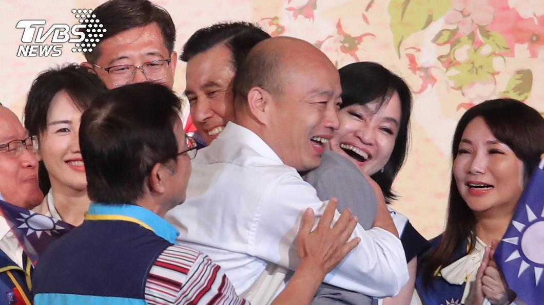國民黨提名總統參選人韓國瑜15日在台北出席「大陸台商秋節聯誼茶會」,與前總統馬英九互相擁抱致意。中央社 馬、韓一抱泯恩仇 他卻嘆:被綁架的「工具人」