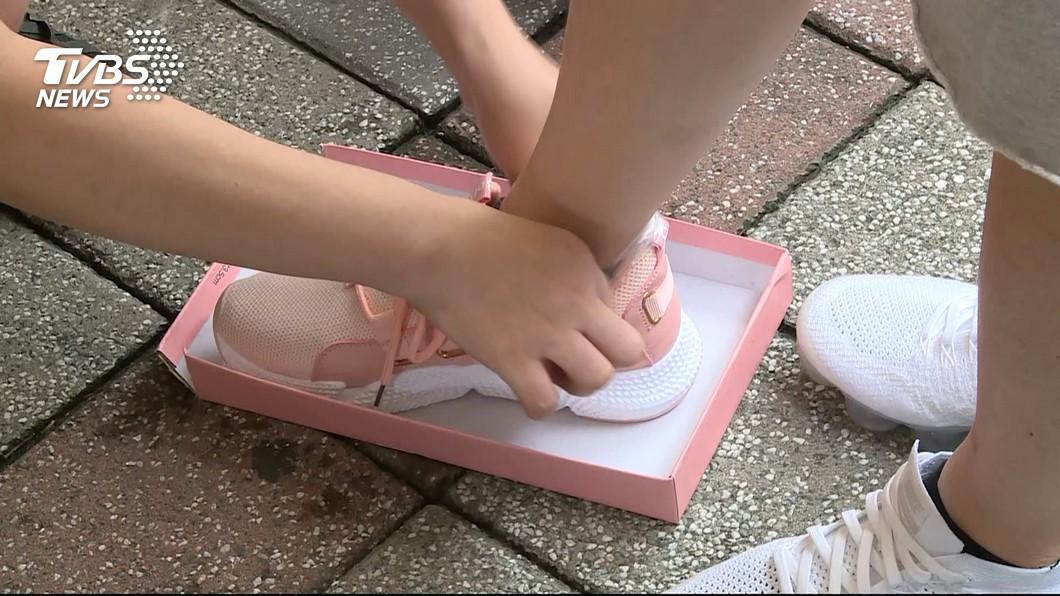 民眾若是要買新鞋,必定都會先試穿看看是否合腳。(示意圖/TVBS) 女客試羊皮鞋問「公還是母」 櫃姐傻眼:當我楊日松?