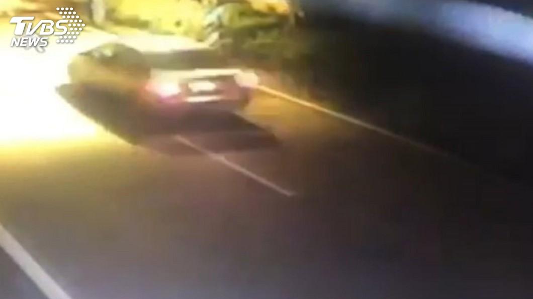 圖/中央社 男子疑酒醉倒臥路旁遭車輾斃 警追肇逃車輛