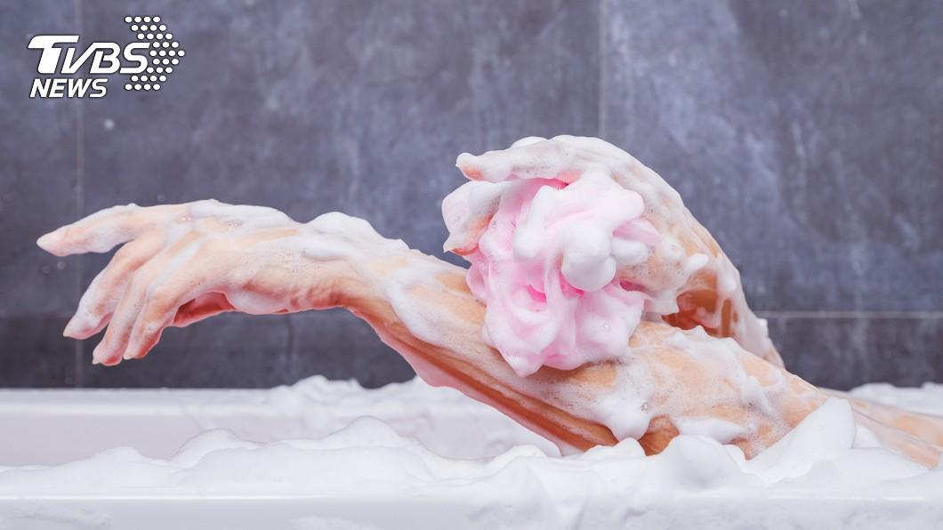 示意圖,非當事人。圖/TVBS 他拿「神器」搓澡!此舉卻慘癢1年 醫:內藏72億細菌