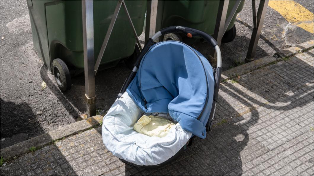 示意圖/TVBS 狠媽翹班偷溜草叢「生產」 裝垃圾袋棄嬰閃人