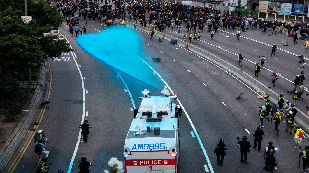 圖/達志影像路透 國際民主日港人再上街 政總外催淚彈VS.汽油彈 對峙