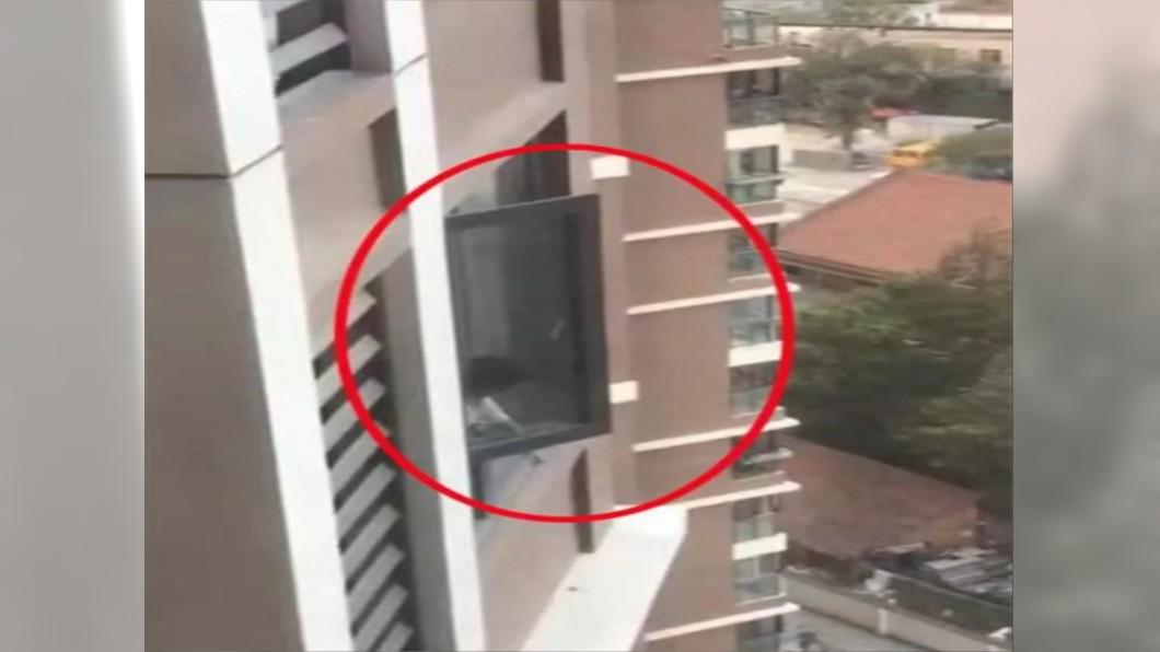 女童獨自在家開窗,媽媽不放員警開鎖救人。圖/新華網 童趴18樓窗檯哭找媽 母竟阻警撬鎖「回家再處理」